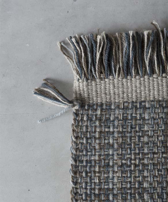 gea tappeto in lana azzurro e grigio tessoria asolana pianca Ogni tappeto è realizzato a partire da un modulo base, con larghezza variabile di 50 o 100 cm: l'accostamento di diversi elementi permette di ottenere prodotti su misura, di diverse forme e grandezze