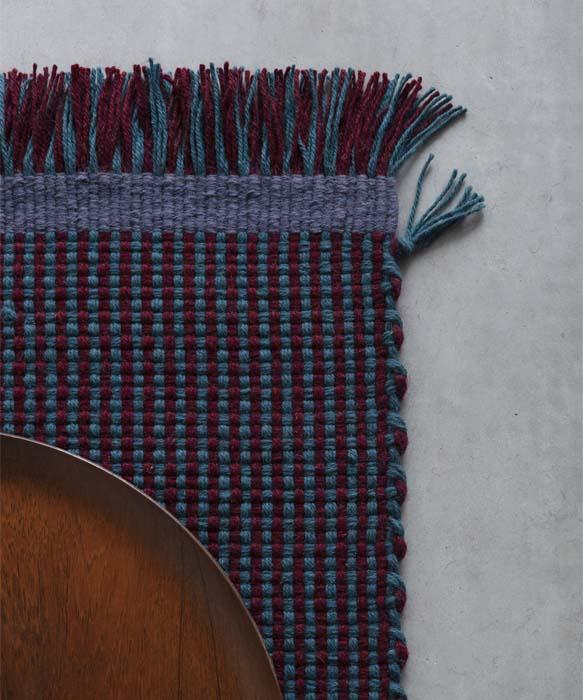 tappeto in lana a righe azzurro e bordeaux design davide brugiolo per tessoria asolana pianca