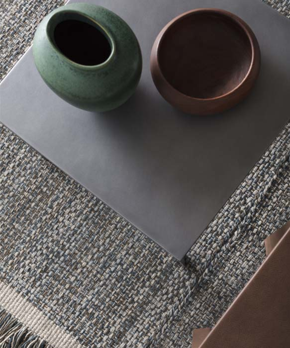 tappeto di colore grigio, azzurro, blue e verde realizzato su telaio con lana italiana proveniente dalla sardegna